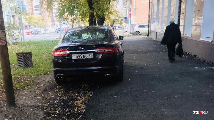 «Я паркуюсь, как...»: Jaguar, оккупировавший тротуар на Горького, и съезд «инвалидов» у отеля Hilton