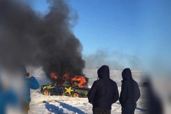 Ростовчанин на пылающей машине заехал в озеро