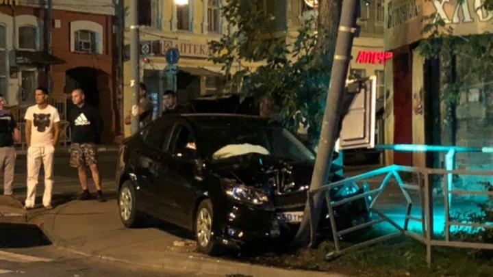 В Самаре водитель KIA влетел в столб на Венцека — Галактионовской