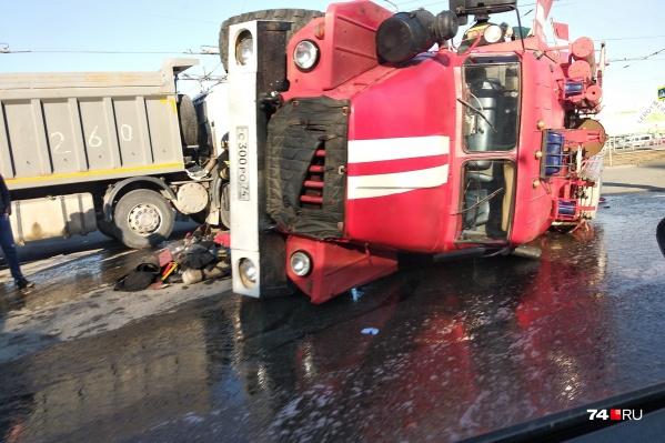 Машина перевернулась после столкновения с грузовиком на Копейском шоссе