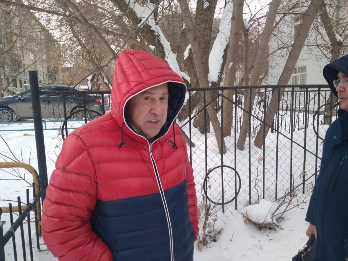 Вадим Белоусов у здания суда в Екатеринбурге
