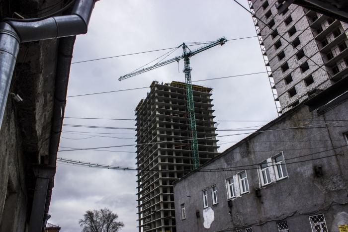 Строители с мая этого года периодически забирались на башенные краны, чтобы добиться погашения долгов по зарплате