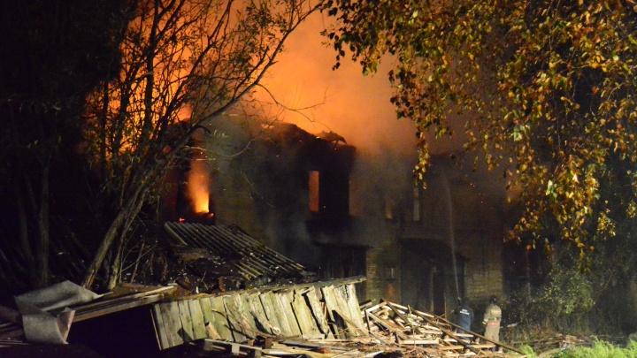 В центре Архангельска загорелся деревянный дом