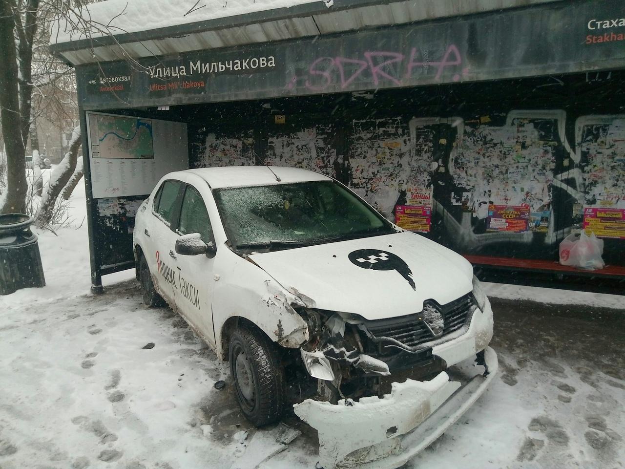 Машину так раскрутило, что в остановку она влетела багажником