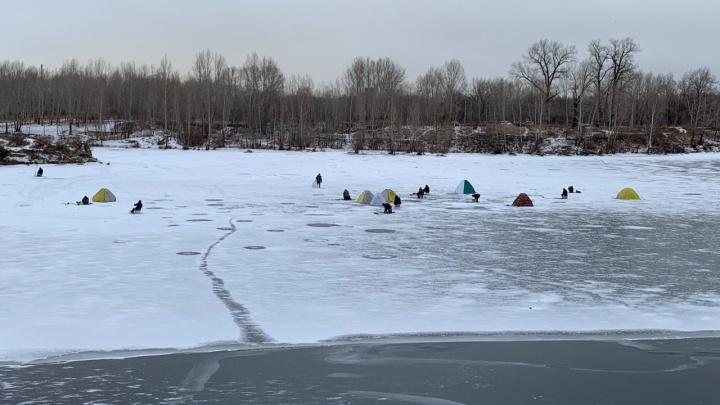 «От проверок убегают»: десятки рыбаков в Белых Росах вышли на неокрепший лёд