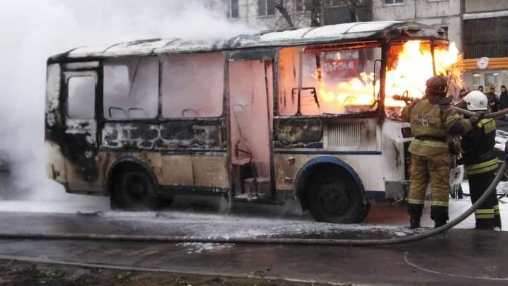 У ДК «Химик» загорелся автобус