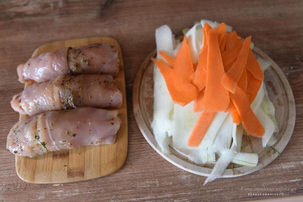 Пока запекаются куриные рулетики, можно сделать лапшу из моркови и кабачка