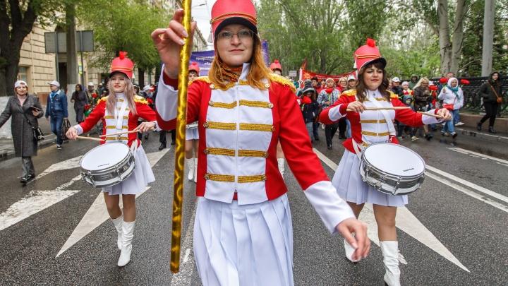 «Приходили сюда еще девчонками с бантами»: Волгоград отметил Первомай самой холодной демонстрацией