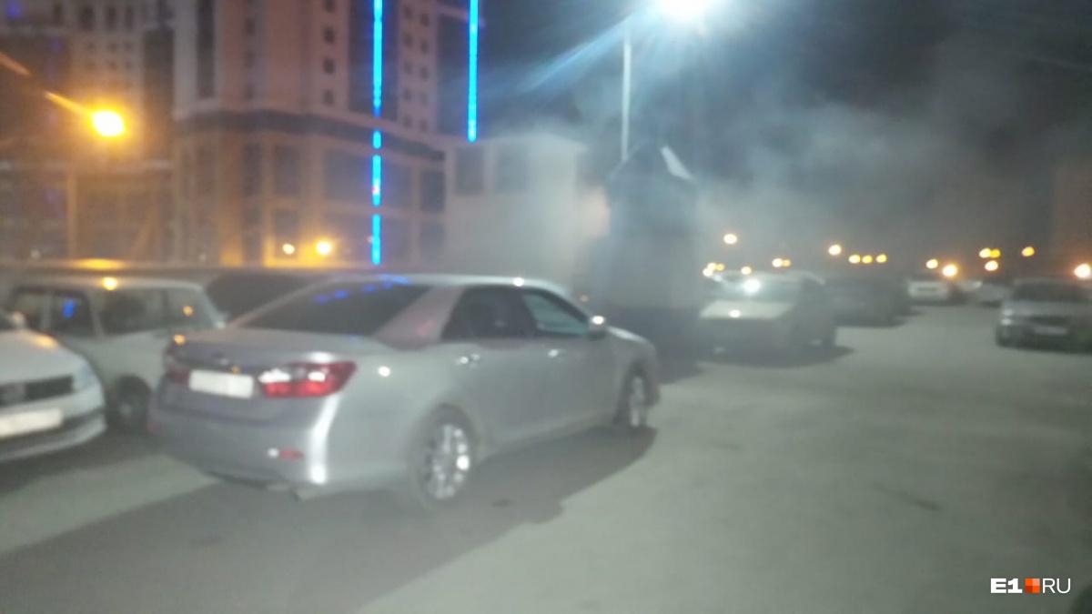 Огонь повредил три автомобиля