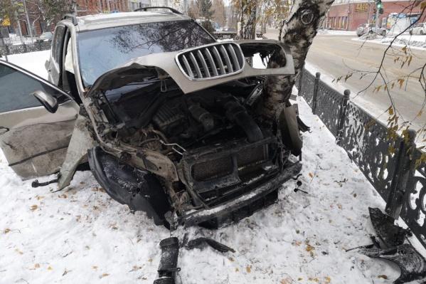 BMW выбросило на аллею, после чего кроссовер врезался в дерево