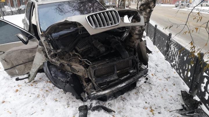 Видео: уходивший от погони BMW сбил пешехода, протаранил иномарку и врезался в берёзу