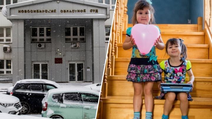 «Не отдавай нас Ригине»: опекуны девочек-двойняшек, которых возвращают родной матери, пришли в суд