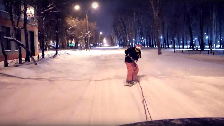 Тюменец прокатился на сноуборде по заметенной снегом улице Одесской