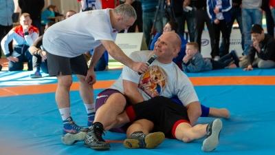 Приемы с юмором: олимпийский чемпион Александр Карелин провел мастер-класс в Самаре
