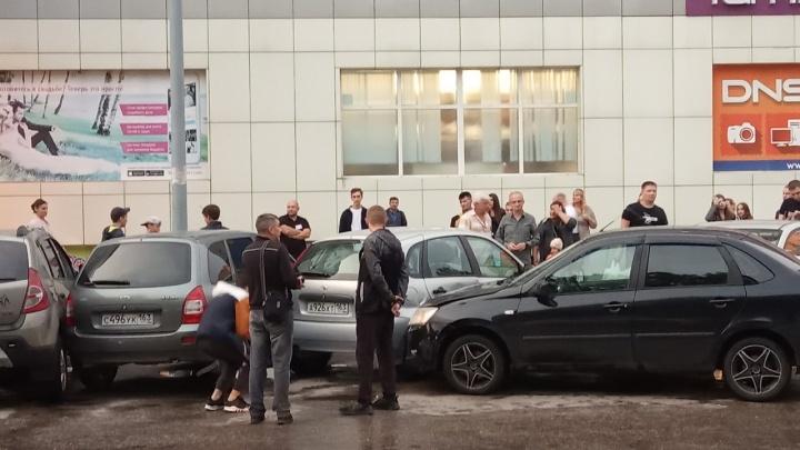 В Тольятти на парковке около ТЦ легковушка «собрала» три машины