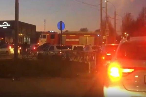 Момент, когда пожарная машина выезжает с рельсов на дорогу