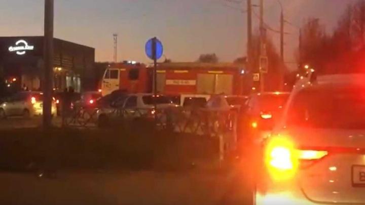 В Ярославле из-за пробки пожарная машина поехала по трамвайным рельсам. Видео