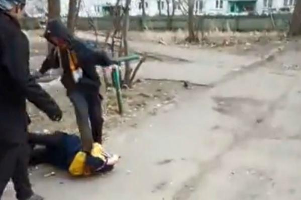 Подростки избивали ровесников ногами, вероятно, вдохновившись видеозаписями, которые выкладывают в группах, посвященных так называемым «забивам»