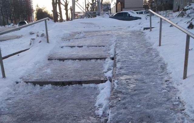 В Уфе тротуар превратился в ледяную горку