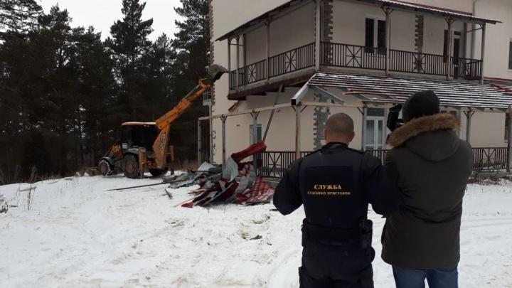 """У стелы """"Европа-Азия"""" экскаваторы начали сносить самовольно построенный замок-отель"""