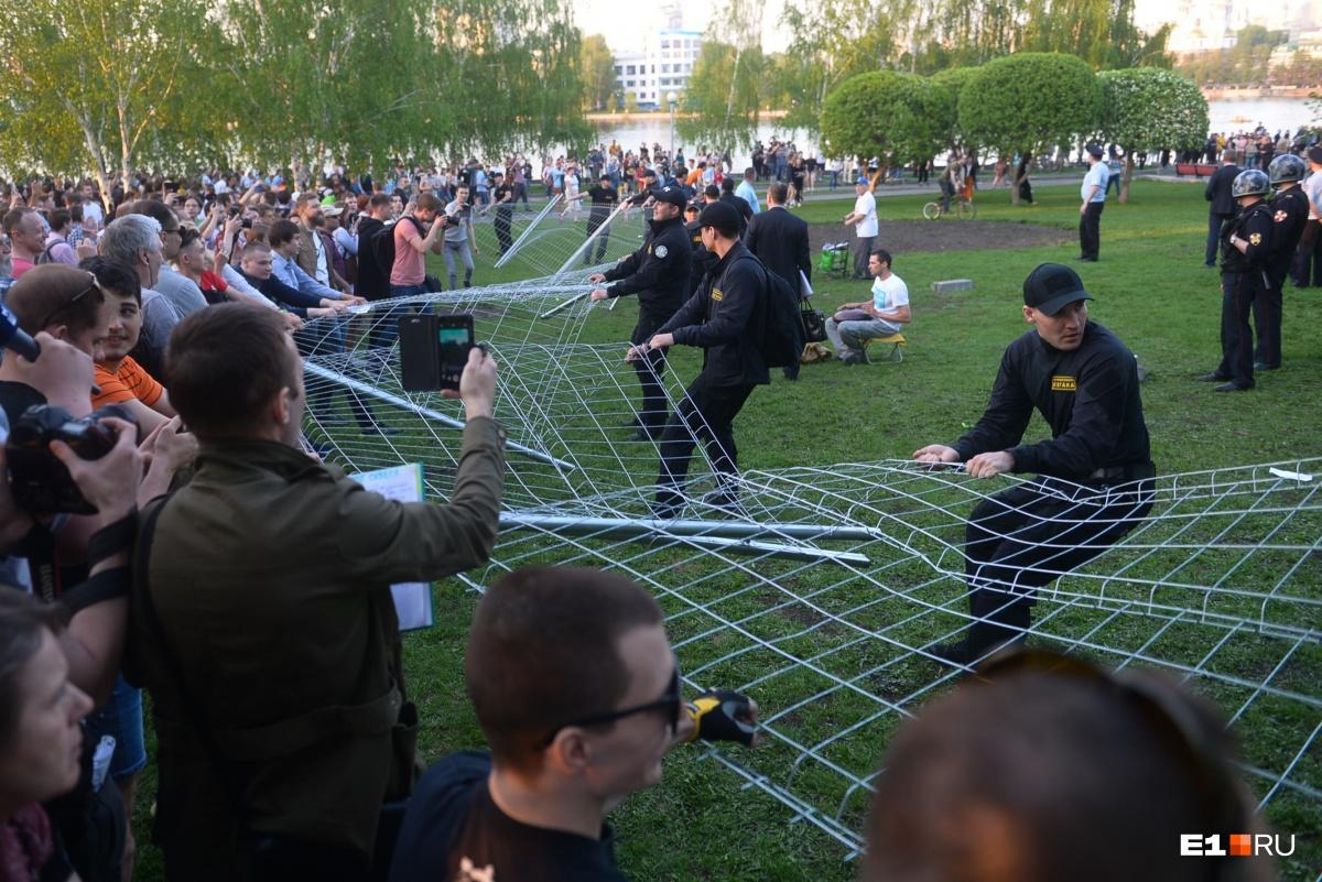 Вскоре под натиском протестующих шаткий забор был повален, началось перетягивание ограды туда-сюда