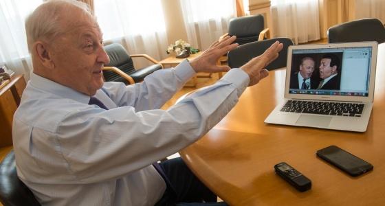 """""""И вдруг Кобзон наливает стакан водки"""": листаем фотоальбом Эдуарда Росселя вместе с юбиляром"""
