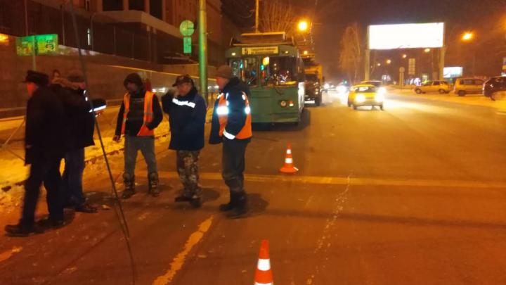 В Центральном районе троллейбус штангой оборвал электрические провода