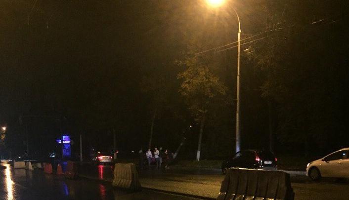 В Уфе из-за отбойников  на дороге «Мицубиси ФТО» врезался в дерево