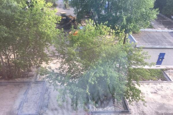 Под окнами жилого дома, где нет подъездов, начали строить парковку. Раньше на этом месте был газон