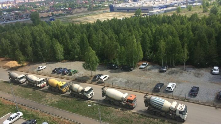 «Продолжают работы, несмотря на запрет»: житель «Паркового-2» перегородил дорогу к стройке