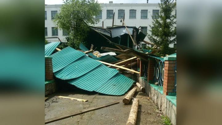 В Башкирии ураганным ветром сорвало крышу
