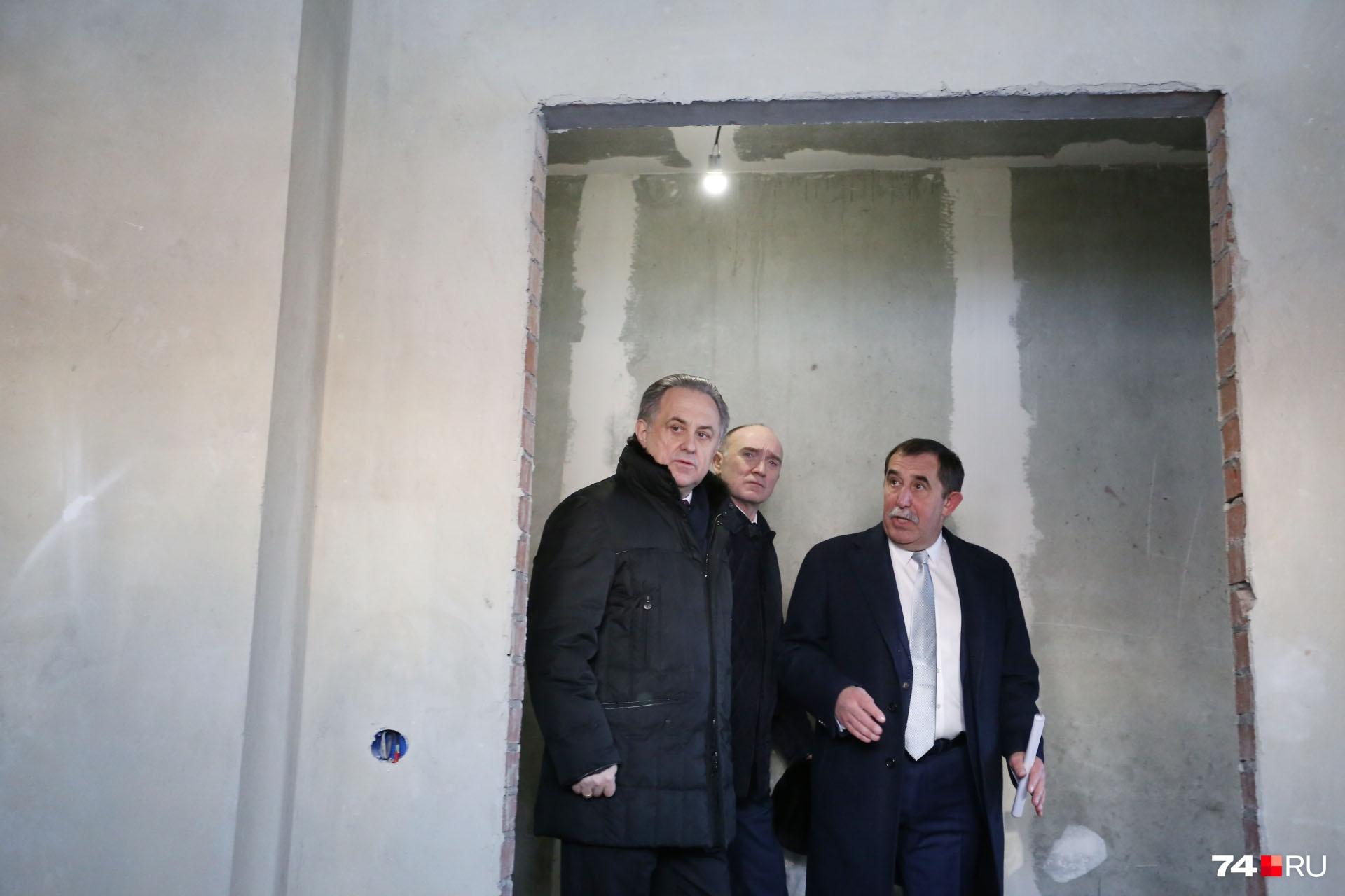 Чиновника провели по этажам руководитель компании-застройщика Олег Лакницкий и губернатор Борис Дубровский
