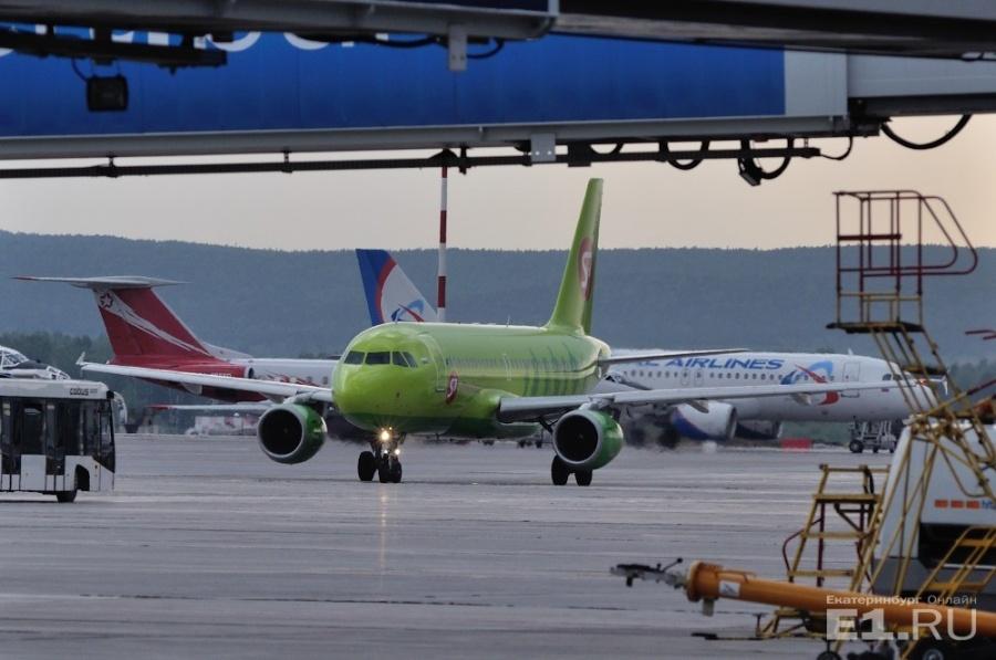 Самолет совершил экстренную посадку вЕкатеринбурге из-за болезни ребенка