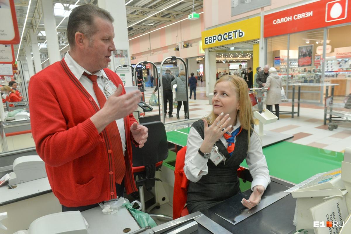 Сергей выступает как сурдопереводчик —он хорошо знает язык жестов