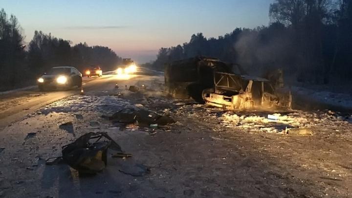 В Зауралье на трассе произошло крупное ДТП с тремя машинами: две из них сгорели