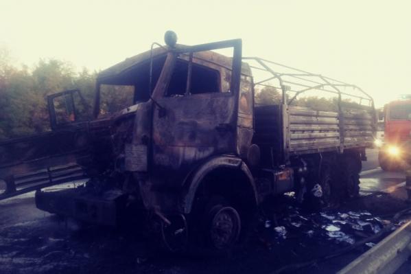 После столкновения КАМАЗ загорелся