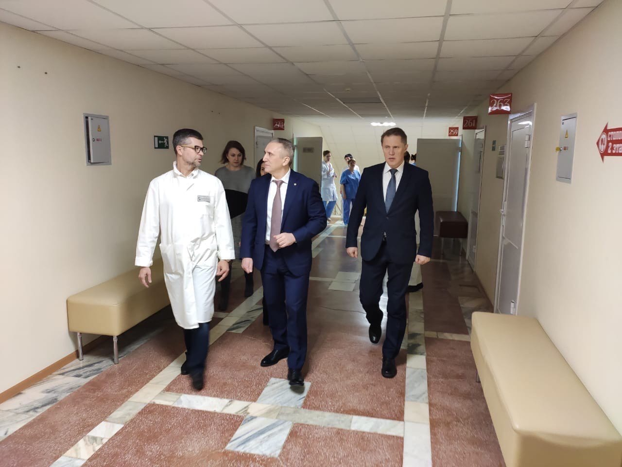 Губернатор Тюменской области Александр Моор и министр здравоохранения России Михаил Мурашко осматривают санаторий, в котором разместят пассажиров, прилетевших из Ухани. Здесь люди будут жить в карантинной зоне две недели