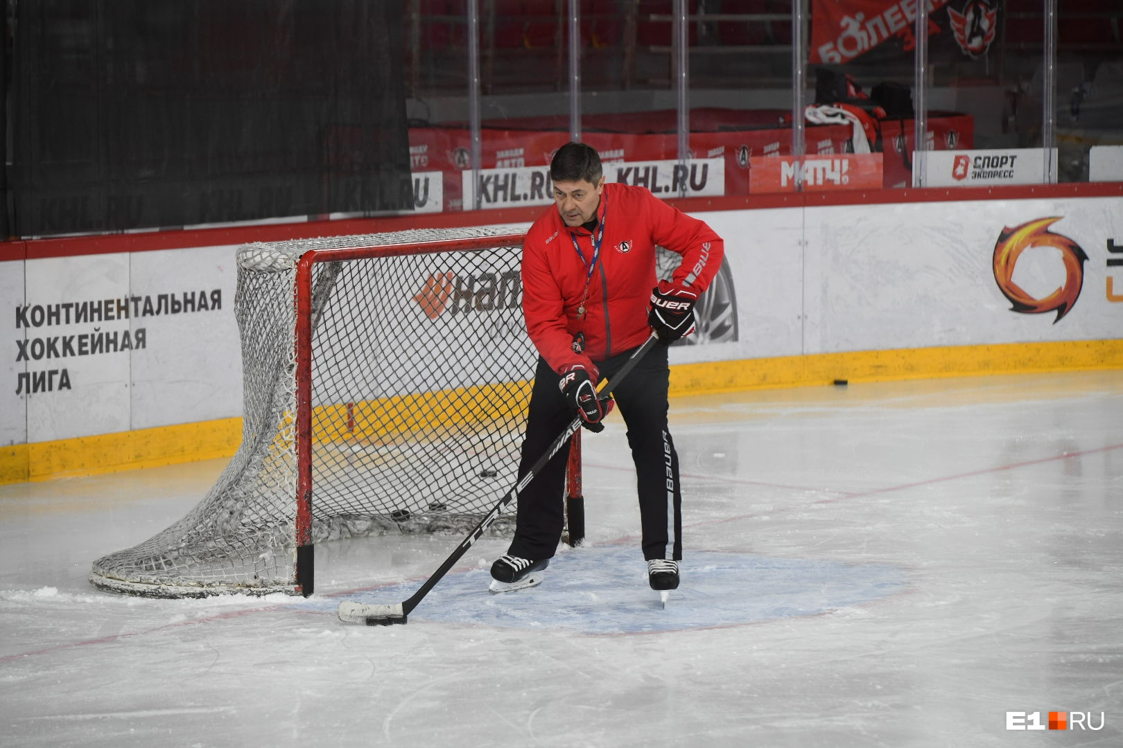 Главный тренер не проводит всю тренировку на скамейке и тоже выходит на лед