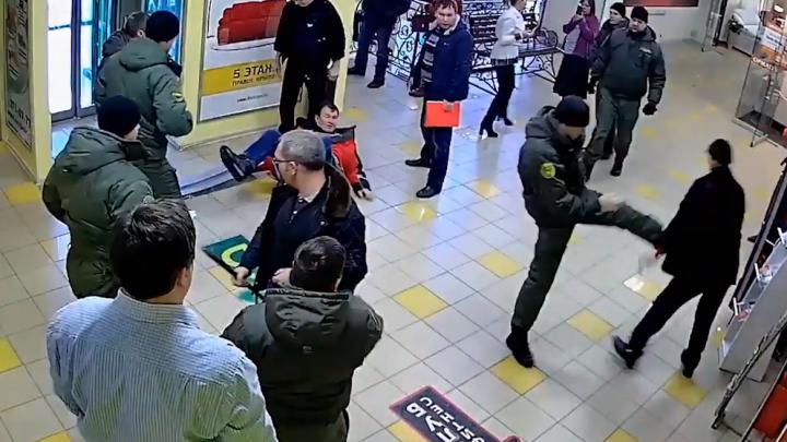 Сломали два ребра, испугавшись шокера: в Екатеринбурге задержали чоповцев, избивших директора ЭМА