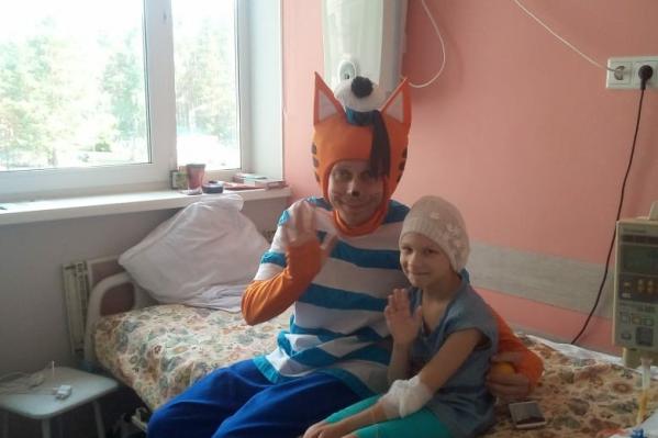 Даша и больничные волонтеры, которые развлекают больных детей