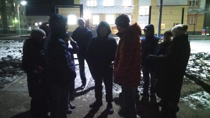 «Нас чуть не сбили»: путь к новой школе в Чурилово оказался без света и тротуаров