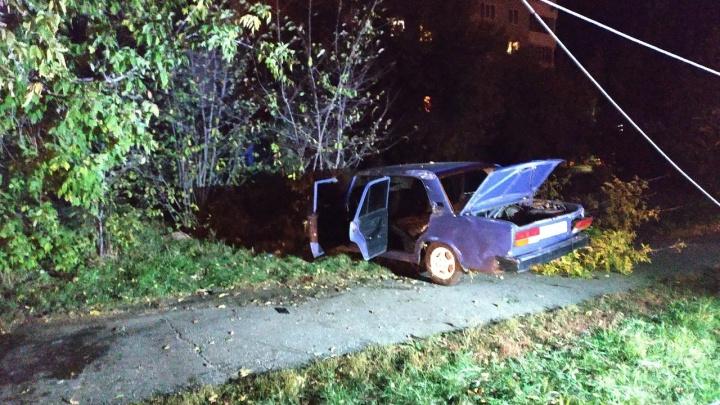 Водитель врезался в дерево и сбежал, оставив в машине пострадавшего пассажира