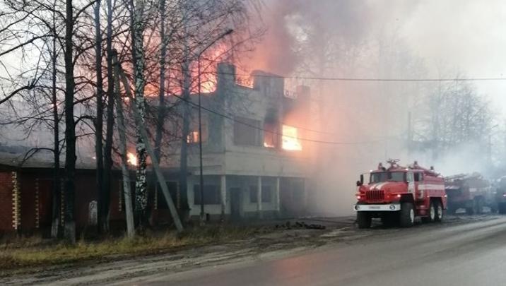 В Красновишерске сгорело здание заводоуправления бывшего бумкомбината