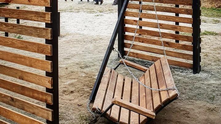 СК заинтересовался падением ребёнка с качелей на новой игровой площадке в «Парковом»