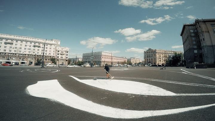 «Не просто лицо, а знак для инопланетян»: Sad Face нарисовал грустный лик на площади в Челябинске