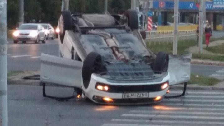 Иномарка перевернулась на крышу: в Тольятти на перекрестке столкнулись две легковушки