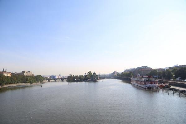 Река Влтава в Праге стала одним из наиболее желанных видов на майские праздники