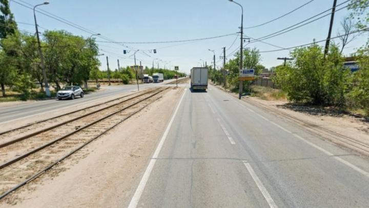 На раз-два: в Волгограде пассажиры трамвая вытолкали с путей застрявшую легковушку