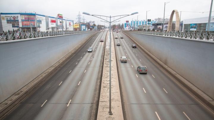 Установят шумозащитные экраны и пешеходные ограждения: Московское шоссе доведут до ума