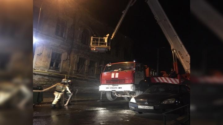 Тушили четыре часа: ночью в центре Ростова горело здание дореволюционной постройки